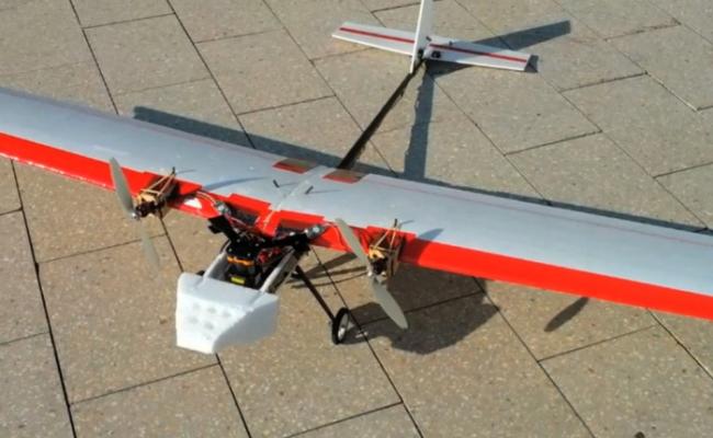 Aeroplani robot fluturon dhe manovron vetvetiu dhe pa ndihmën e GPS-it